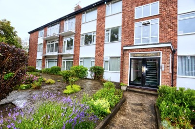 Blundellsands Road East, Blundellsands - spacious first floor apartment, parking and garage, close to railway station and shops