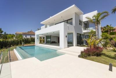 Prachtige nieuw gebouwde villa met zeezicht te koop in El Paraiso, Estepona