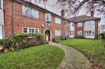 College Green, College Road, Crosby, ground floor flat, neutrally decorated, modern kitchen and shower room, no chain, close to shops.