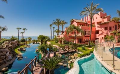 Aan het strand, volledig gerenoveerd, gelijkvloers appartement met 3 slaapkamers te koop in Cabo Bermejo, New Golden Mile, Estepona
