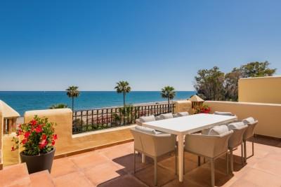 Fabuleux première ligne de plage, penthouse de 3 chambres à vendre à Bahia del Velerin sur le New Golden Mile, Estepona