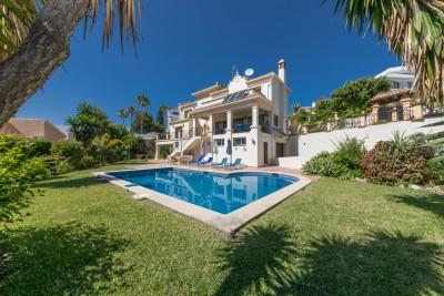 Elegante familievilla te koop in El Paraiso Alto, Benahavis