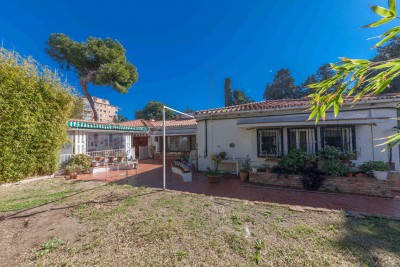 Substantial older type villa on a large plot close to the beach at Benalmadena
