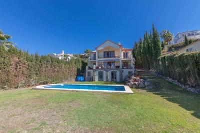 Vrijstaande villa met 5 slaapkamers met eigen badkamer in Peurto del Capitán te koop