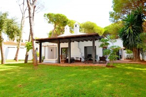 Elviria one storey 3 bed villa, very near amenities.