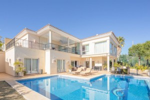 El PARAISO is a stunning and very spacious and bright contemporary 5 bedroom villa frontline golf
