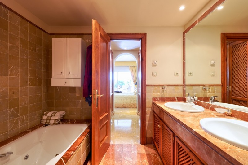Master bathroom (1) (Large)