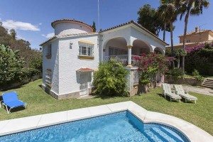 Villa in the urbanisation El Real de Marbella with a fantastic plot with pool.