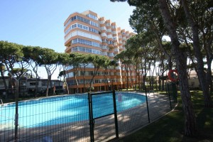 Refurbished apartment in Calypso, Edificio Viola, close to all amenities. Community with pool.