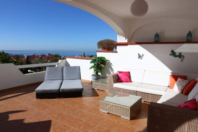 Immaculate duplex penthouse in Elviria within walking distance to the sandy beach and fantastic seaviews.
