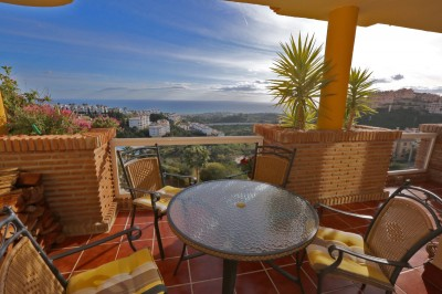 Lovely and sunny two bedroom apartment with amazing panoramic sea views in Altos de Calahonda!