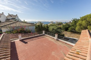 Amazing opportunity only 100m away from the sandy beach in Playas Andaluzas, East Marbella.