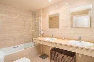 M614_09 Master Bathroom