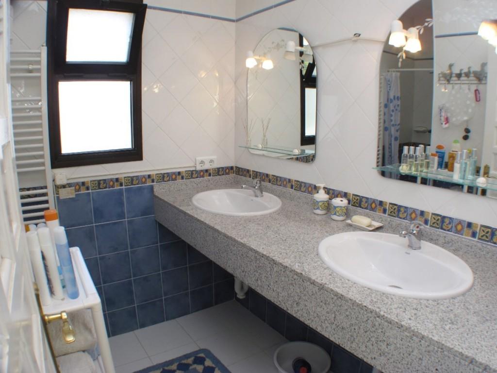 DPN2667_12_Bathroom2