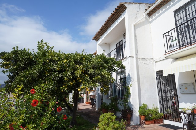 2 bedroom townhouse in the popular La Noria Urbanisation with sea views, communal pool and Tennis and just a short walk to supermarket.