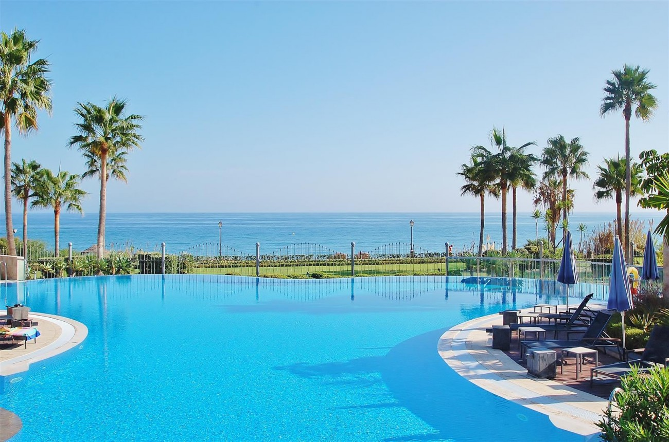 Elegant Groundfloor Apartment for sale in Frontline Beach Complex Estepona Spain (15) (Large)
