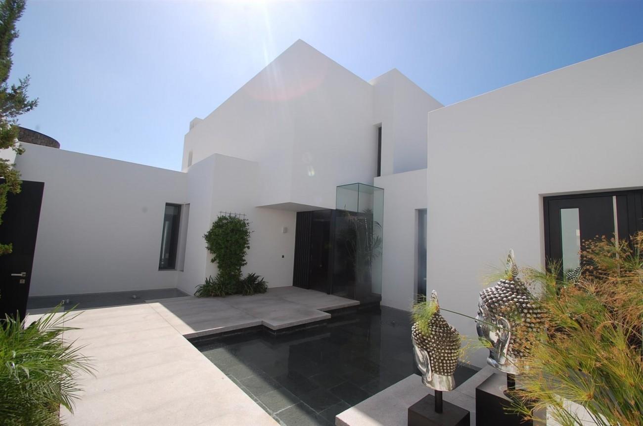 V4783 Frontline Beach Modern Villa East Marbella (11)