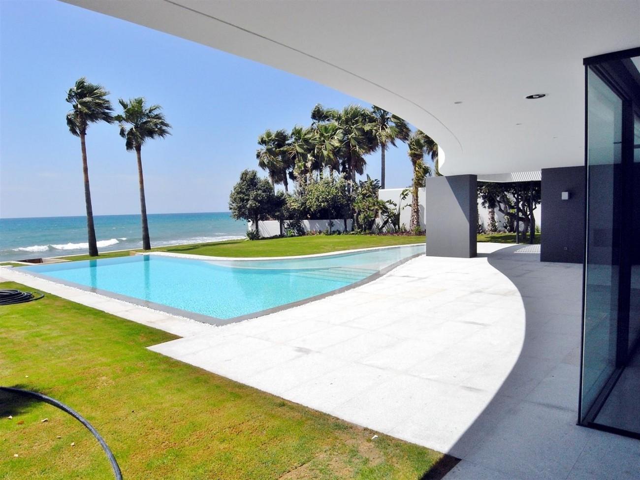 V4783 Frontline Beach Modern Villa East Marbella (16)