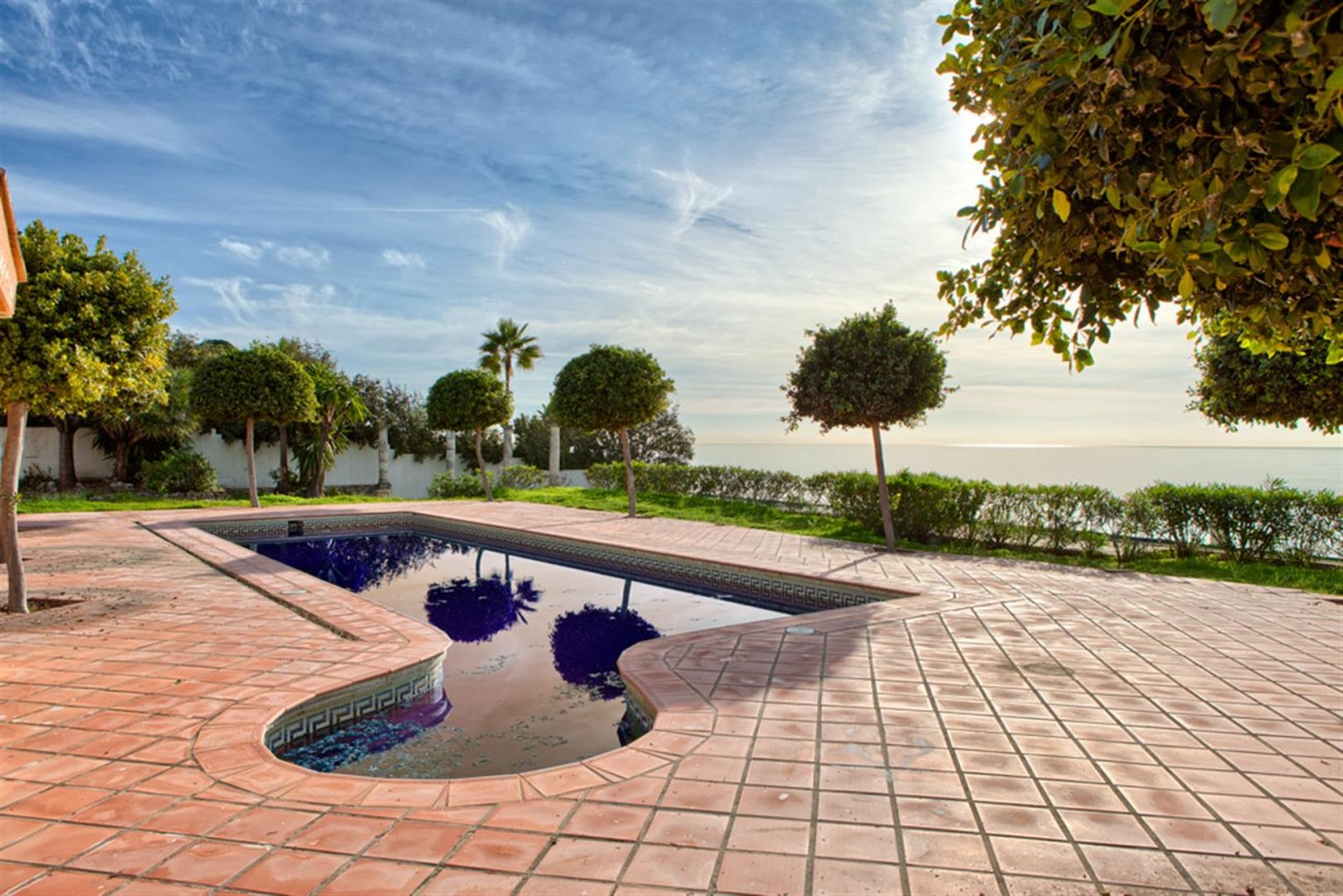 V5541 Frontline beach villa Estepona 1 (Large)