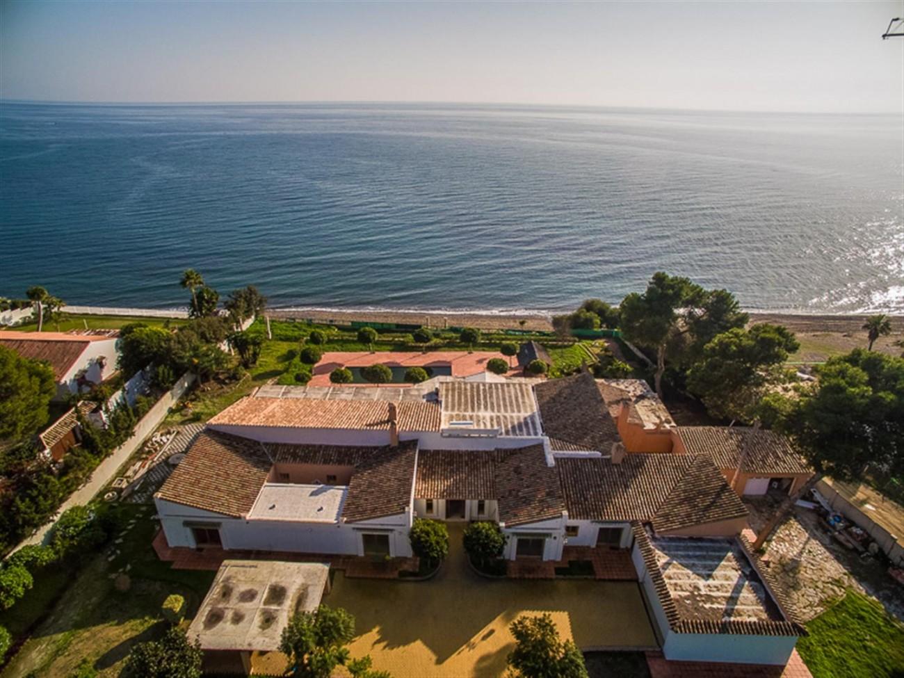 V5541 Frontline beach villa Estepona 2 (Large)