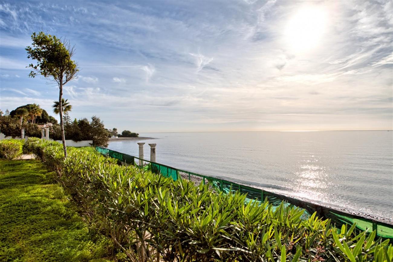 V5541 Frontline beach villa Estepona 3 (Large)