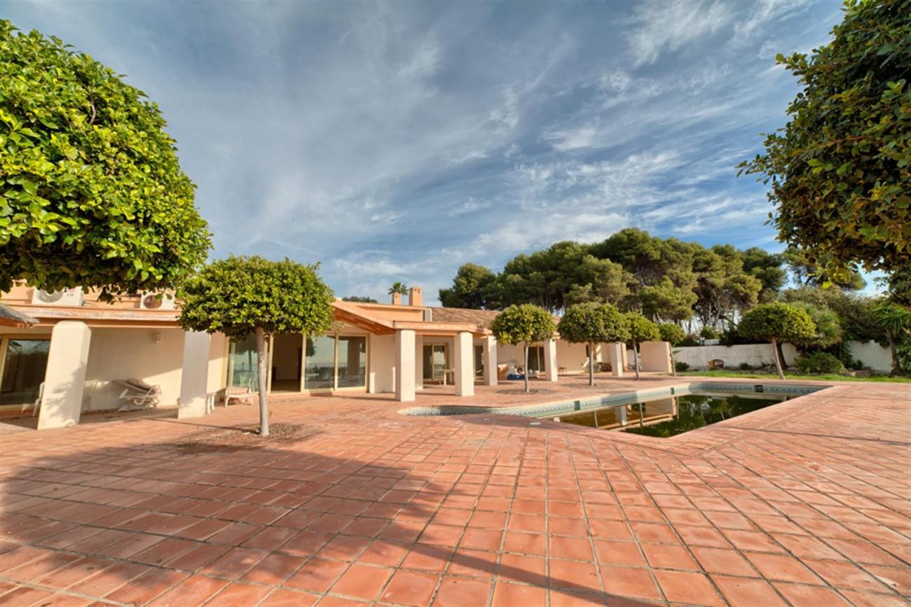 V5541 Frontline beach villa Estepona 5 (Large)