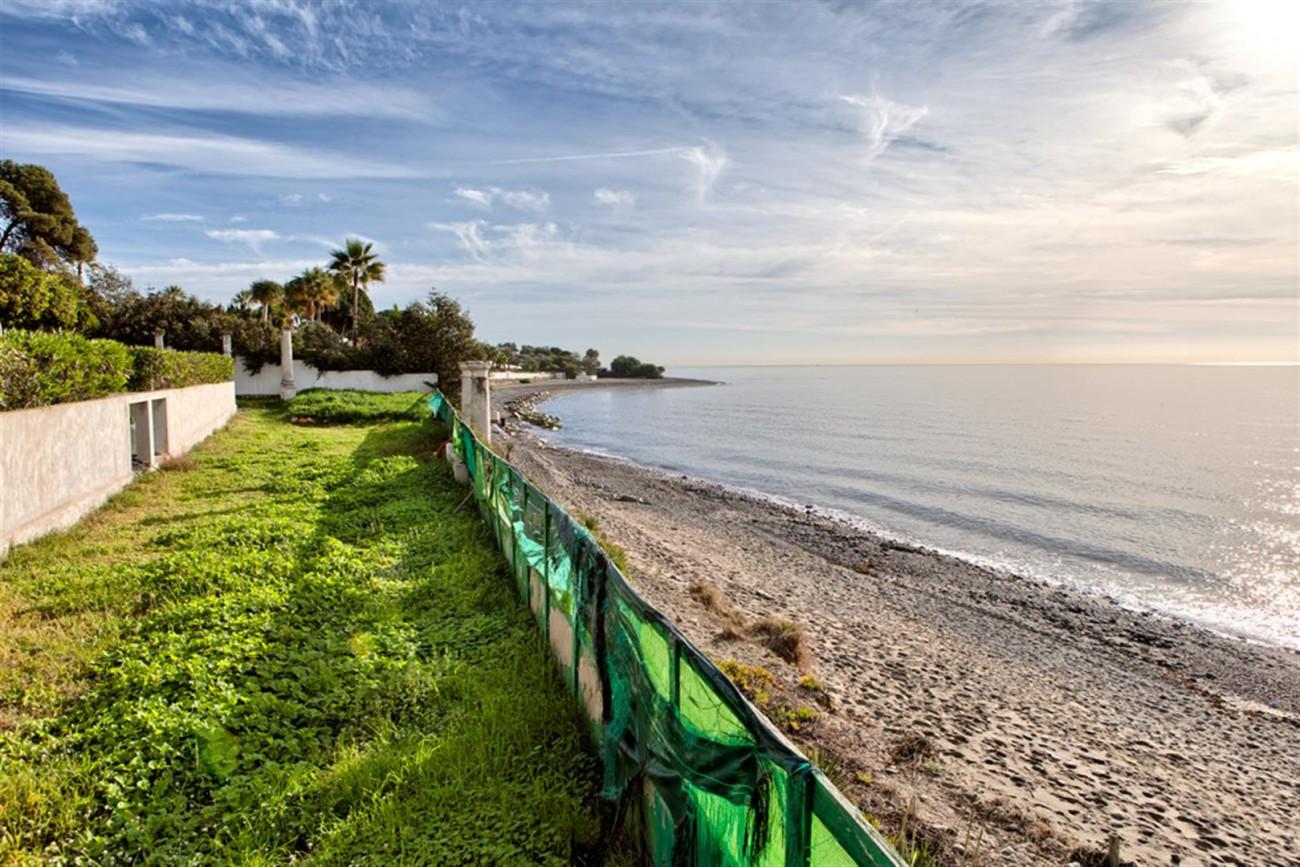 V5541 Frontline beach villa Estepona 8 (Large)