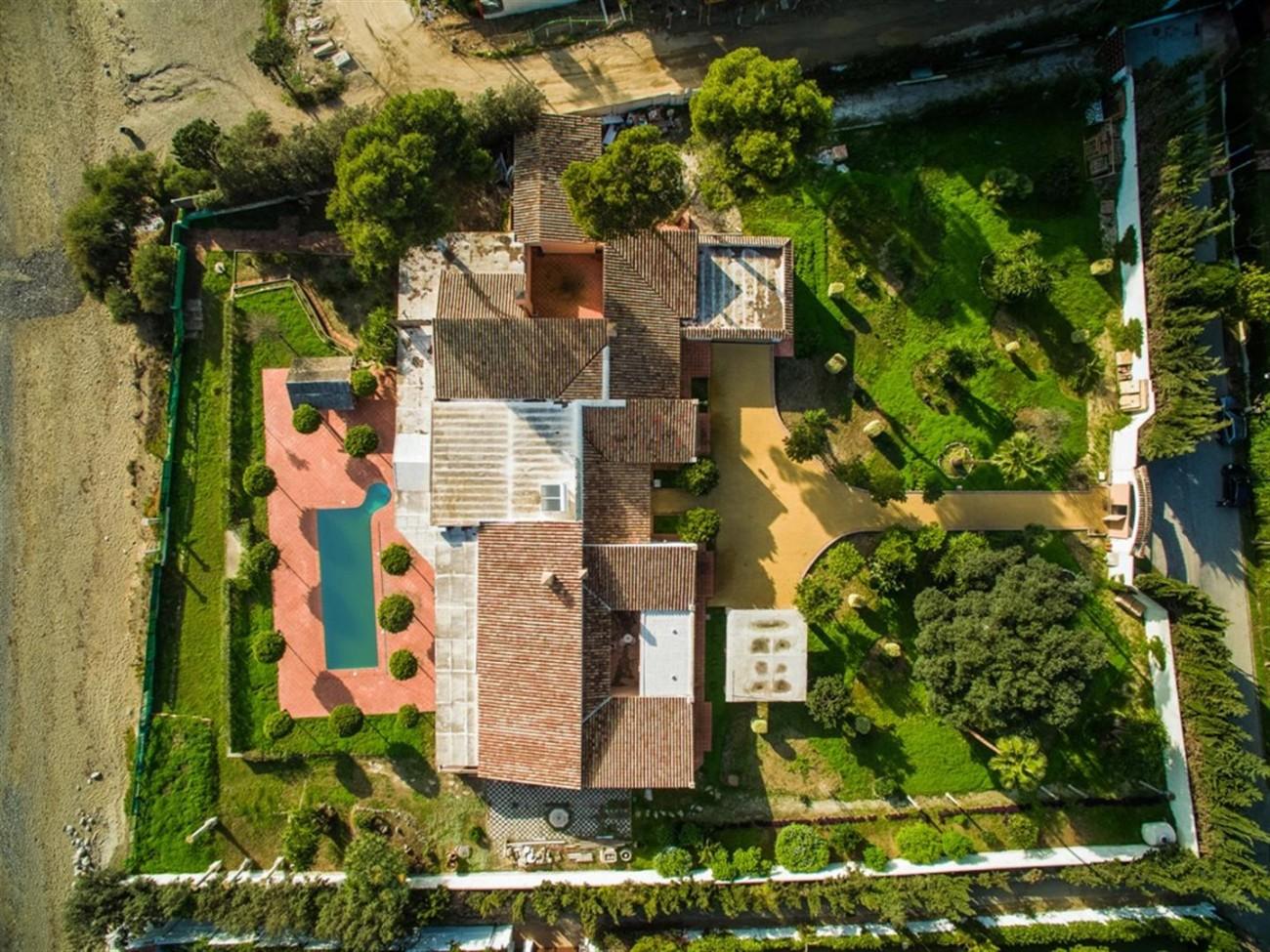 V5541 Frontline beach villa Estepona 10 (Large)