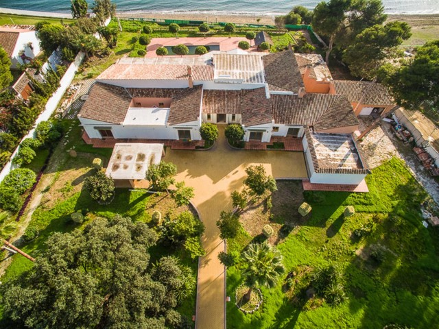 V5541 Frontline beach villa Estepona 12 (Large)