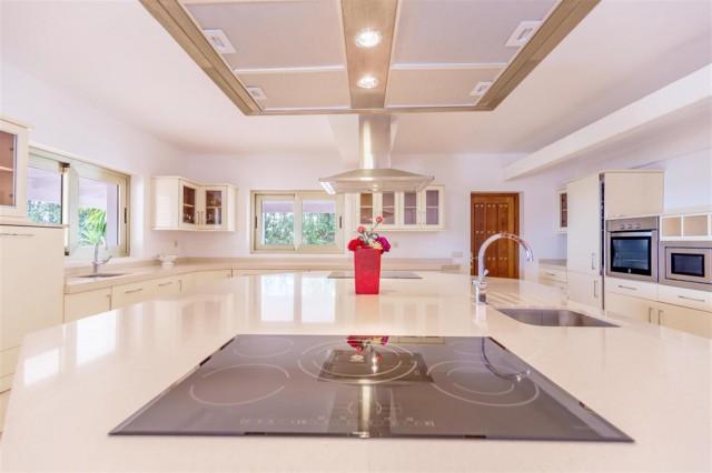 V5541 Frontline Beach Villa for sale Estepona (7) (Large)