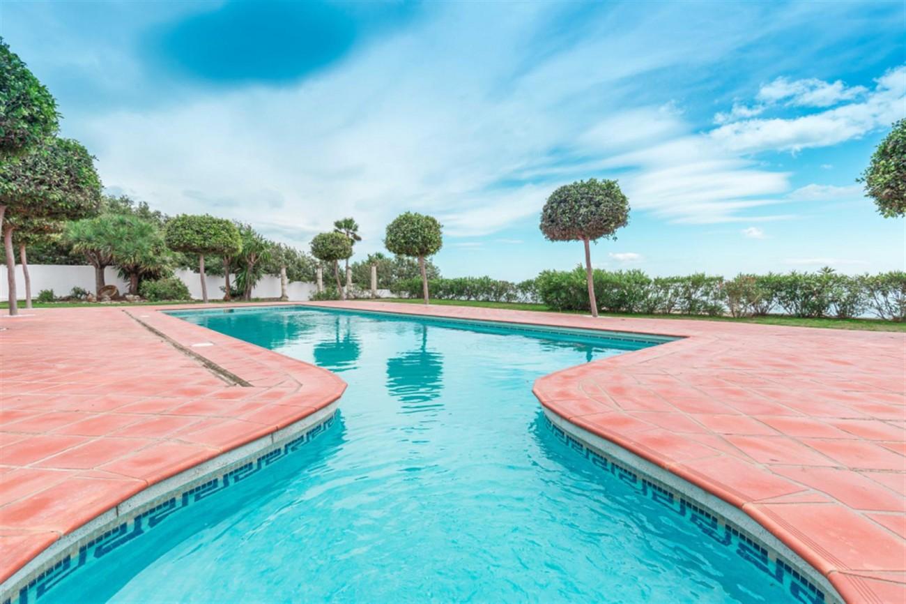 V5541 Frontline Beach Villa for sale Estepona (11) (Large)