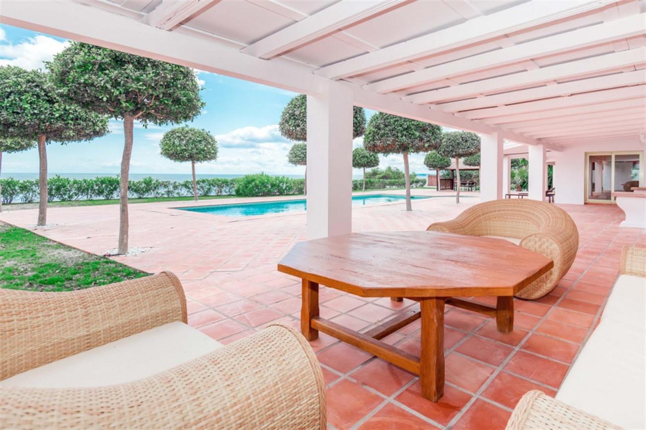 V5541 Frontline Beach Villa for sale Estepona (13) (Large)