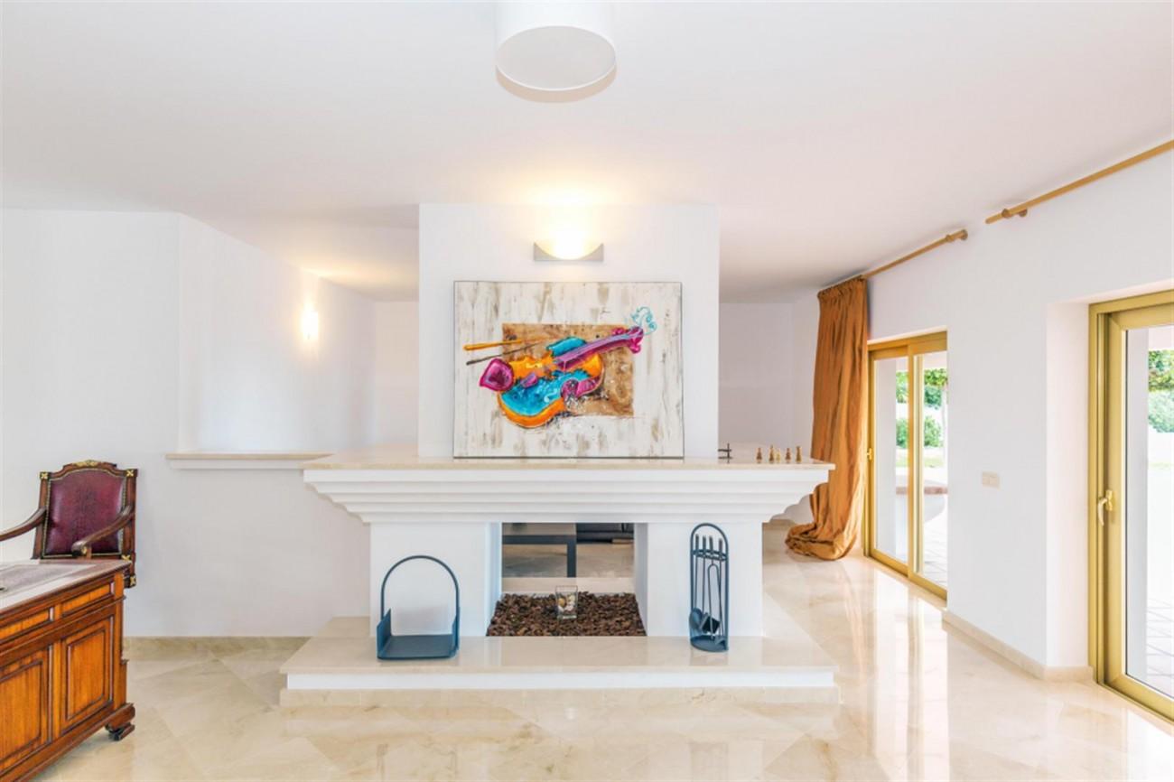 V5541 Frontline Beach Villa for sale Estepona (17) (Large)