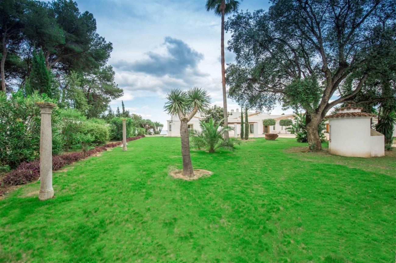 V5541 Frontline Beach Villa for sale Estepona (19) (Large)