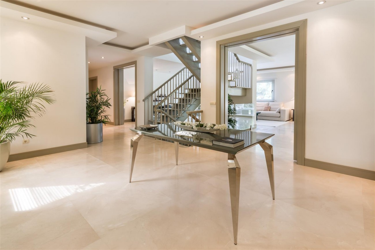 V5606 Luxury frontline golf villa Marbella 16 (Large)