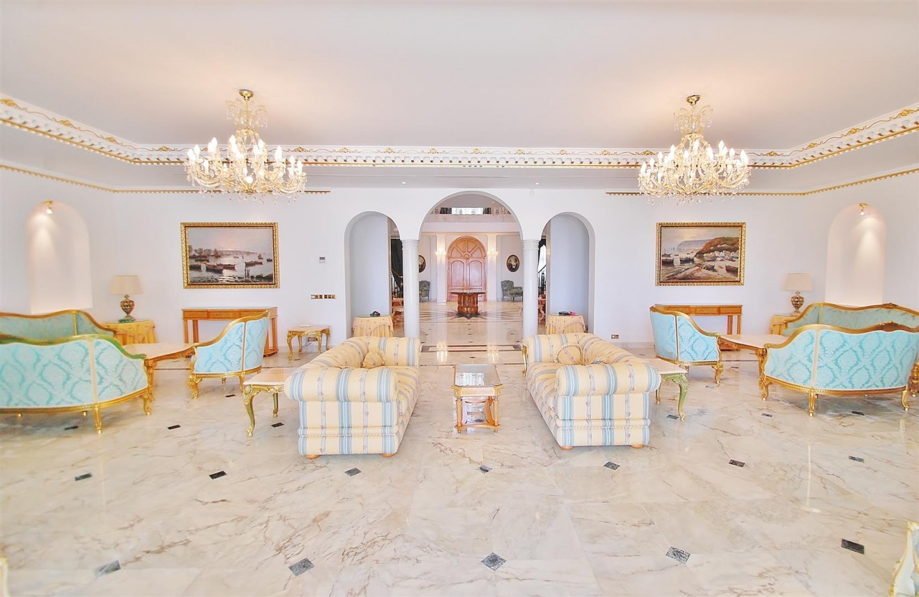 Frontline Beach Villa in Marbella West (7)