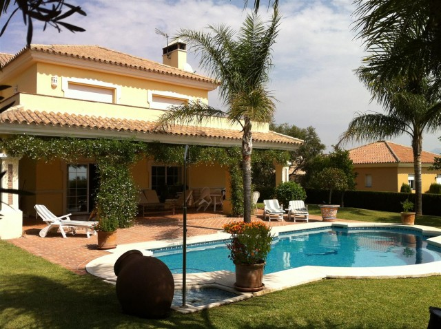 Villa for Sale - 895.000€ - Estepona, Costa del Sol - Ref: 5701