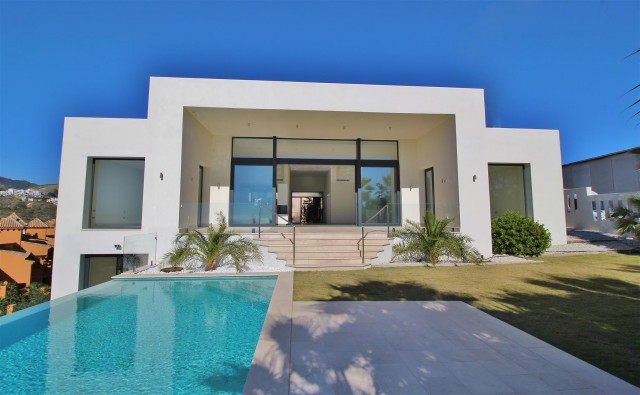 Villa for Sale - 1.800.000€ - Benahavís, Costa del Sol - Ref: 5708