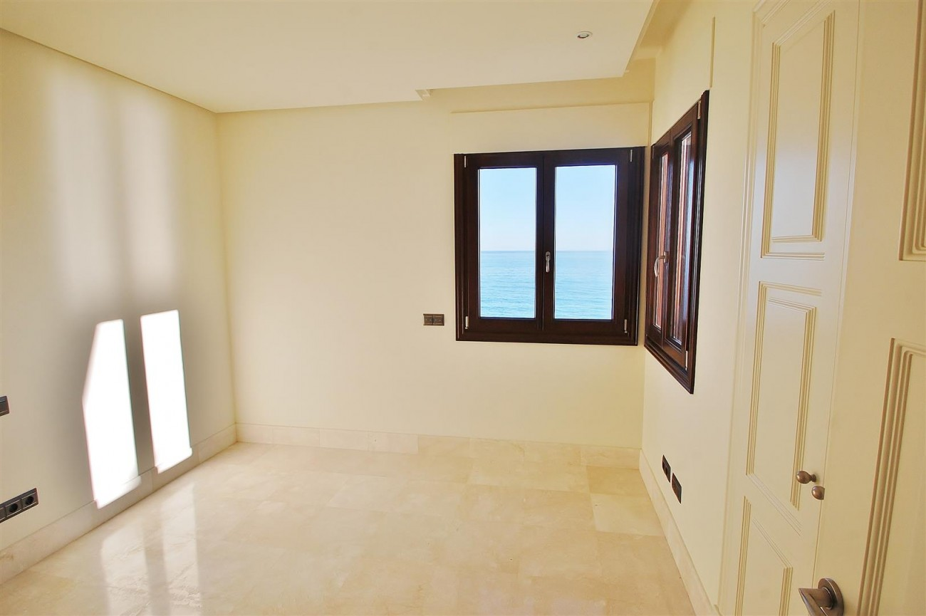 Frontline Beach Luxury Apartment Estepona Spain (14) (Large)