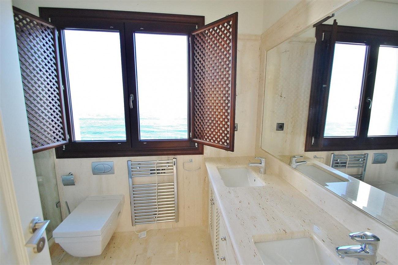 Frontline Beach Luxury Apartment Estepona Spain (16) (Large)