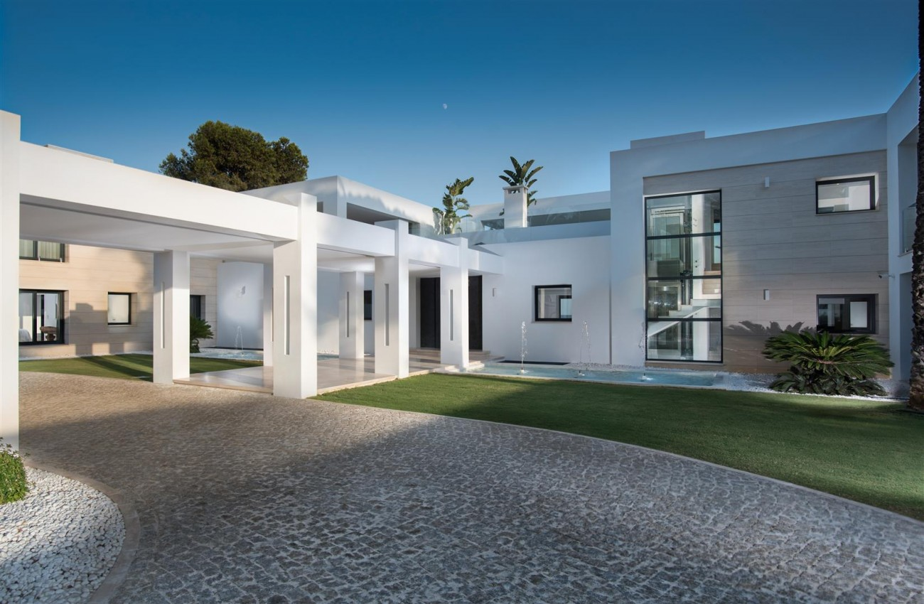 Frontline Beach Exclusive Villa for sale Estepona (43)