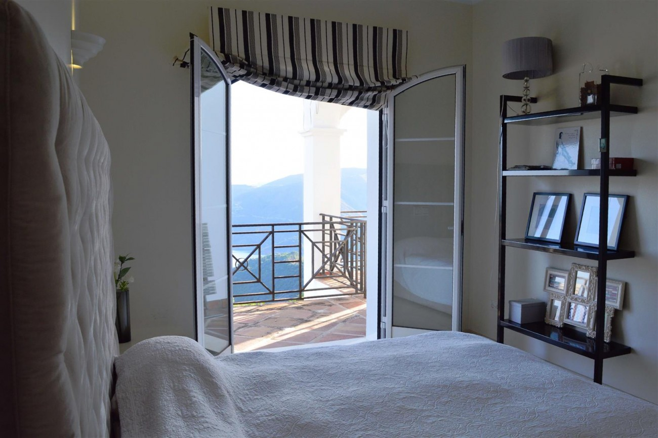 Elegant villa for sale close to Puerto Banus (14) (Large)
