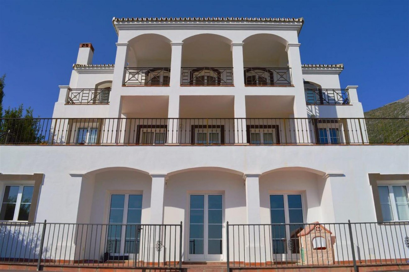 Elegant villa for sale close to Puerto Banus (17) (Large)