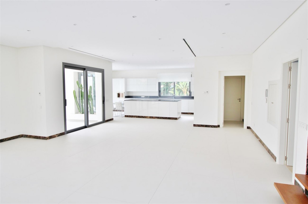 Contemporary Beachside Villa for sale Marbella Spain  (8) (Large)