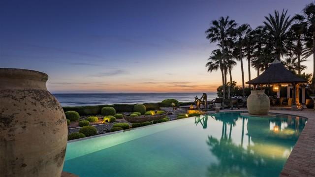 Exclusive Beachfront Villa for sale Marbella East (37) (Large)