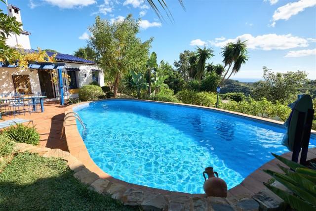 Villa for Sale - 885.000€ - Estepona, Costa del Sol - Ref: 6015