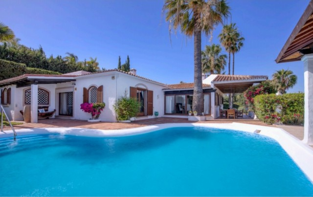 Villa for Sale - 950.000€ - Estepona, Costa del Sol - Ref: 6038