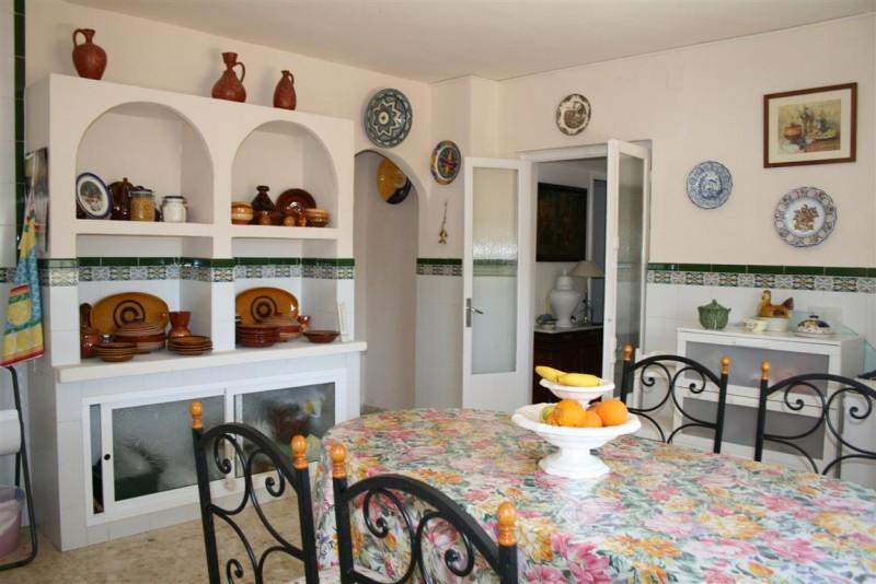 F2956973_8_F2956973 - Kitchen a (Medium).jpg