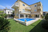 4 Bedroom ground floor apartment with private swimming pool steps from the Pinewalk