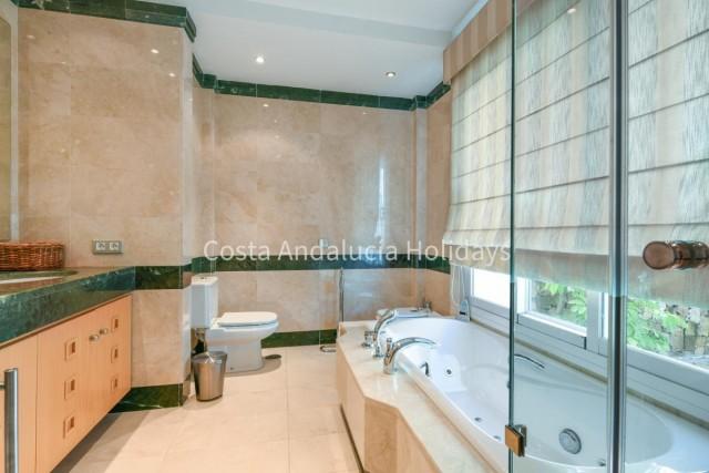 20170207134054000000_En-suite-master-bathroom17